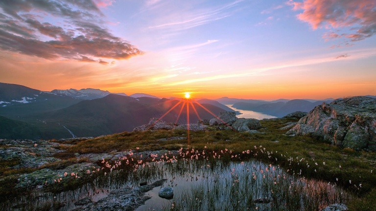 Beautiful-sunrise-over-mountain